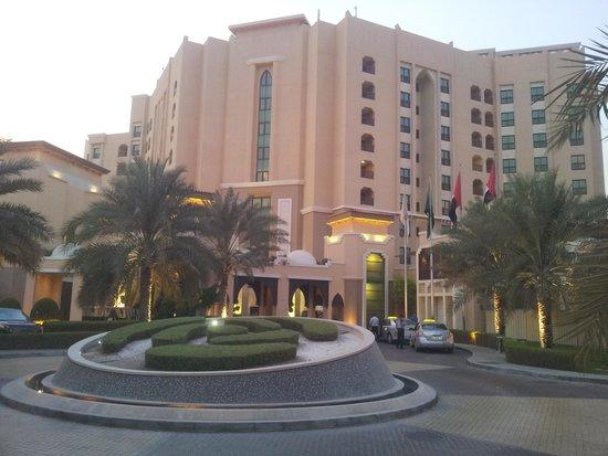 Traders Hotel, Qaryat Al Beri, Abu Dhabi: Front entrance.