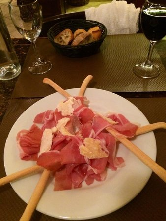 Chez Peppone: Very good Parmesan and Parma appetizer!!