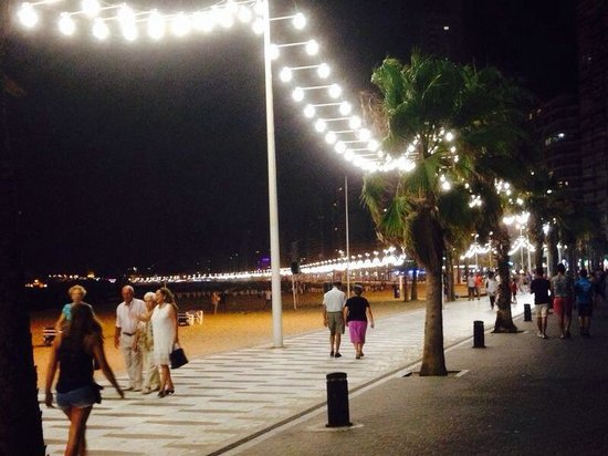 MedPlaya Hotel Rio Park: Night time walk down the beach front