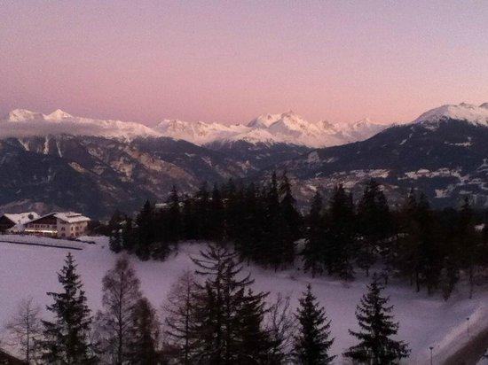 Crans-Montana Youth Hostel Bella Lui : Panorama depuis le balcon au coucher du soleil