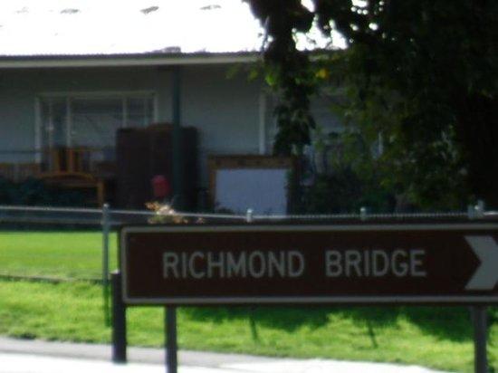 Richmond Bridge : this way it goes!
