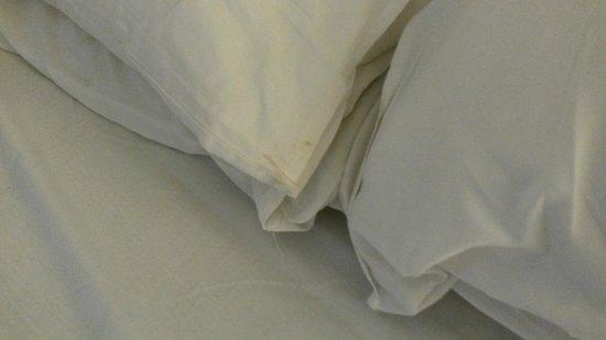 Madinah Moevenpick Hotel: unclean pillow case