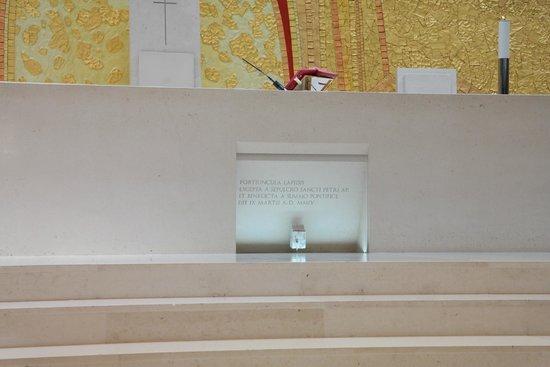 Basílica de Nossa Senhora de Fátima: Piece of the Berlin Wall