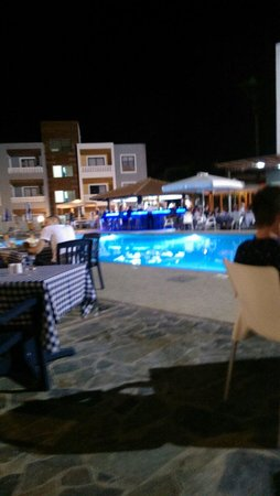 Damon Hotel Apartments: Pool bar
