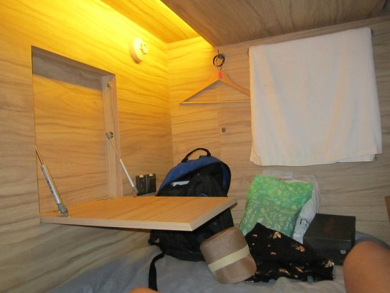 The Pod - Boutique Capsule Hostel: Lap top table and lamp light