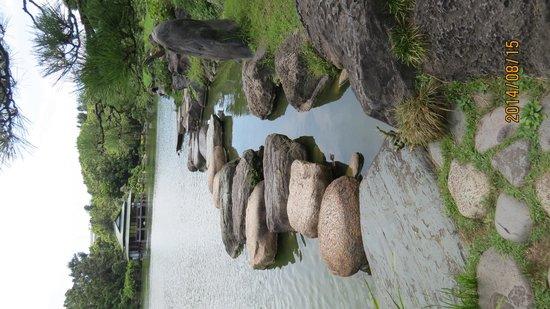 Kiyosumi Teien: 舟付石近くの磯渡り