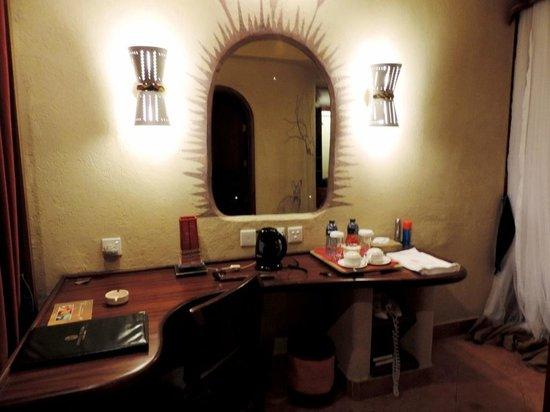 Amboseli Serena Safari Lodge: Номер-твин. Уголок отдыха с набором для приготовления чая-кофе