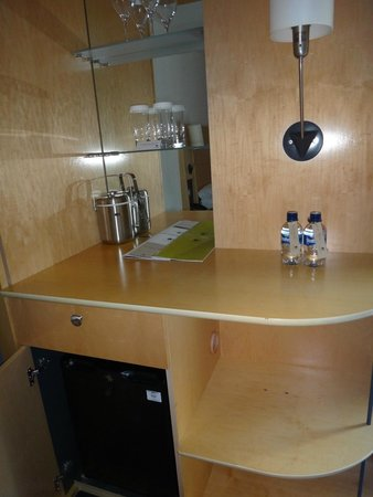DoubleTree by Hilton London - Westminster: meuble pour ranger la vaisselle