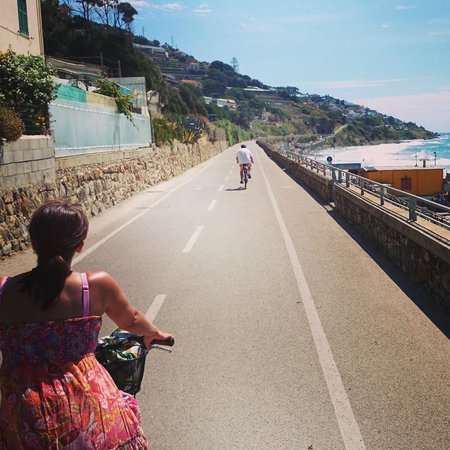 Pista Ciclabile Area 24 - Sanremo: Biking along the sea