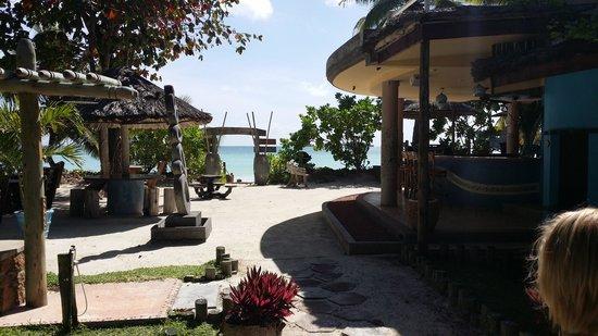Le Duc de Praslin: Acces plage par bar de la plage