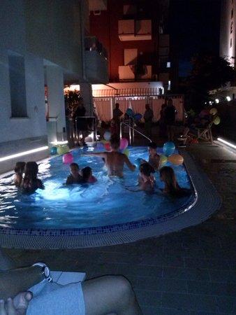Hotel Thea : festa in piscina