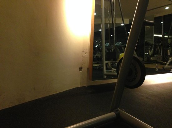 Century Kuching Hotel: Holes in wall in gym