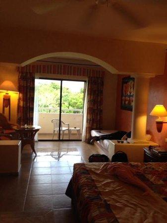 Grand Bahia Principe Coba : spacious but dated room