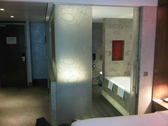 Hilton The Hague: bathroom of room 523