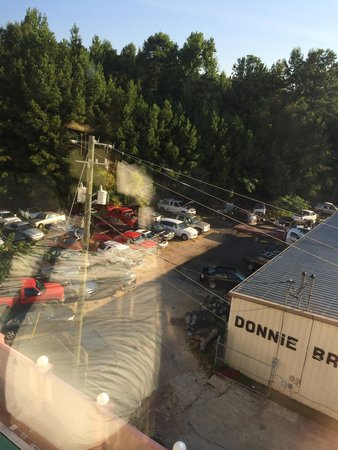 Wingate by Wyndham Tuscaloosa: Great view from the fifth floor... NOT!!! We were hoping for Bryant-Denny, but we got Bryant Tra