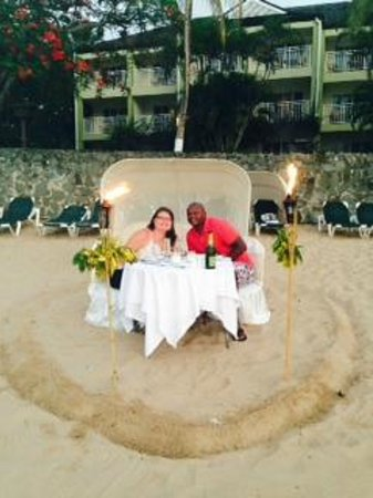 Sandals Regency La Toc Golf Resort and Spa : Candlelight Dinner for two on the beach!