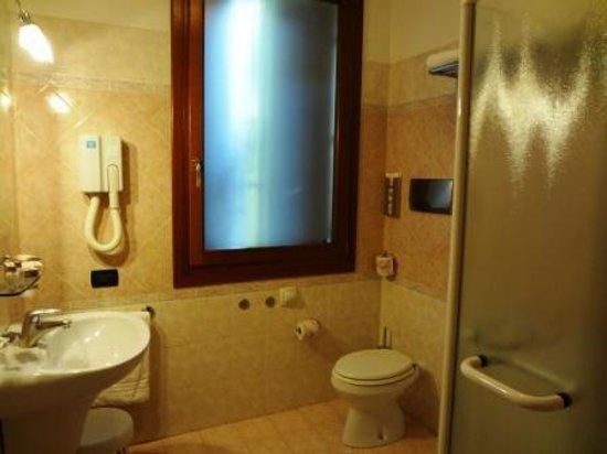 Cris Hotel: baño