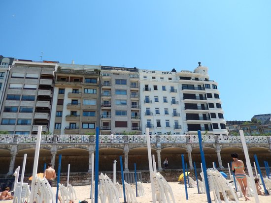 Hotel Niza: Hotel from the beach