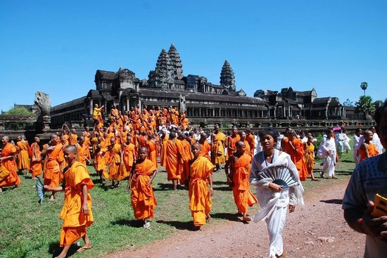David Angkor Guide - Private Tours: Buddhist monks at Angkor Wat