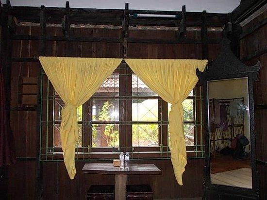 The Boat House : Les beaux rideaux jaunes, si astucieusement noués