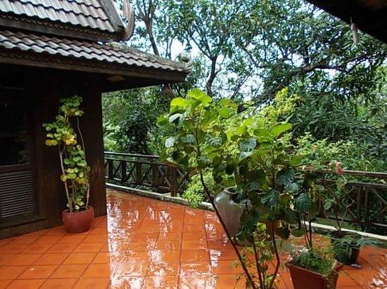 The Boat House : Après la pluie sur la terrasse de la maison khmère