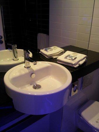 Kyriad Marseille Provence - Aéroport : Bathroom