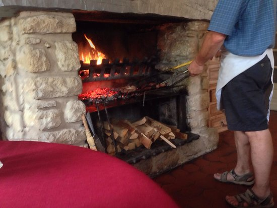 Auberge Gasconne : Cooling the food over the fire