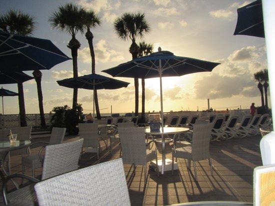 TradeWinds Island Grand Resort: Sunset at tiki bar