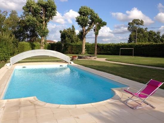 vue jardin et piscine, location gîte Francois Bobe à Moings