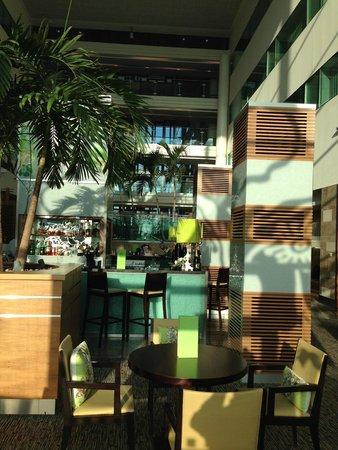 Sofitel London Heathrow : Vista de parte do bar