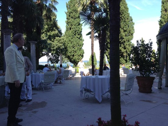 Palace Hotel Villa Cortine: Terrace at breakfast time overlooking lake