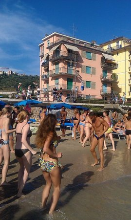 Stabilimento Balneare Venere Azzurra: флэшмоб/танцы на пляже
