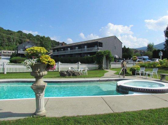 Greenbrier Inn: vu de la piscine