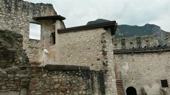 Castel Beseno: Particolari dalla corte