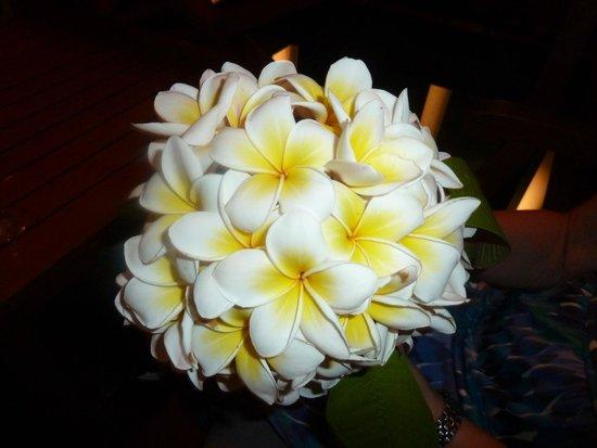 Medhufushi Island Resort: Frangipani bouquet for my wife's birthday