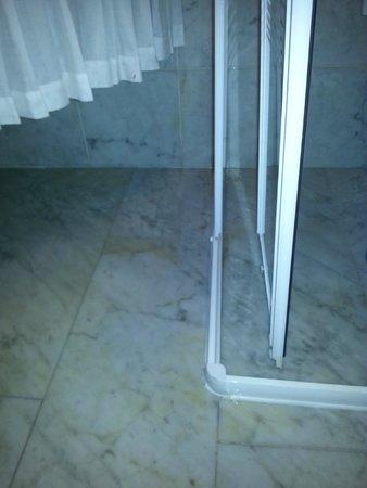 Piccolo Hotel Olina: Anta box doccia rotto