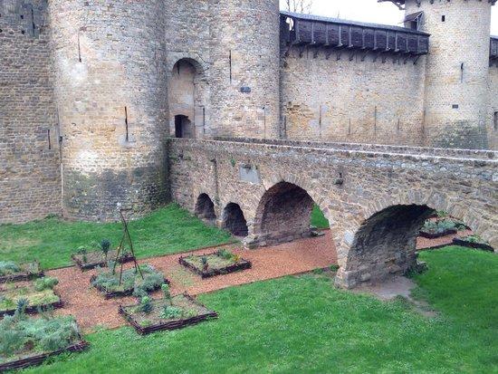 CHÂTEAU ET REMPARTS DE LA CITÉ DE CARCASSONNE : Antigo foço, hoje um jardim!