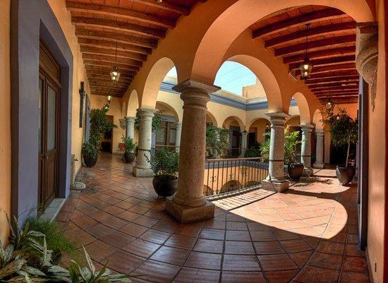 Hostal de la Noria: corredores del patio colonial