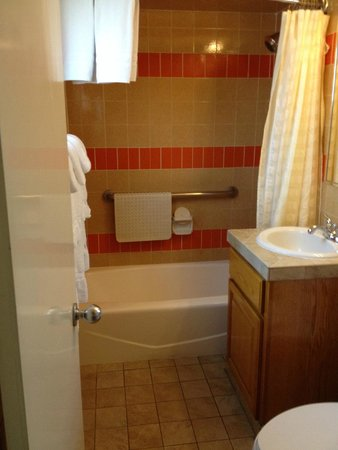 Best Western Pine Tree Motel: Bathroom Room 217 or 216