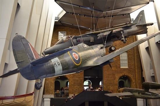 Museo Imperial de la Guerra: Spitfire & hurricane hang from ceiling.