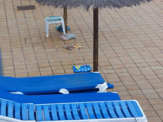Cinco Plazas: sunbeds locked and towels on floor to reserve space...at 7 am