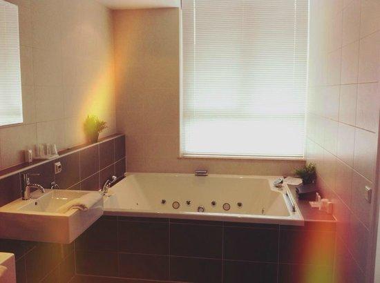 Hotel La Reine: Jacuzzi bath