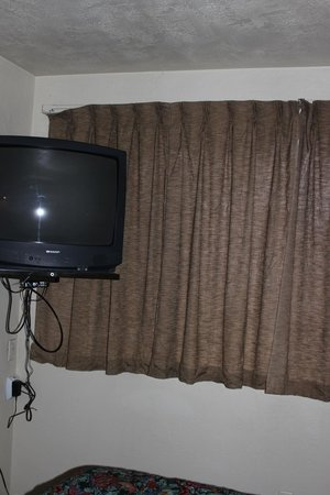 Economy Inn Reedsport: TV on wall
