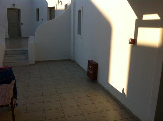 Saint Andrea Seaside Resort : Terrasse de ma chambre = plutôt un espace commun !
