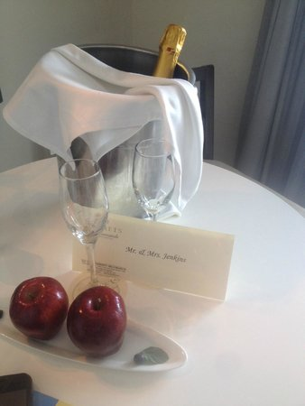 Secrets Silversands Riviera Cancun : Champagne ready for us upon arrival in our room