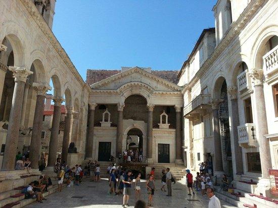 Diokletianpalast: Peristillio di fianco al mausoleo di Diocleziano