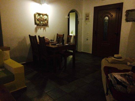 Panteli Beach Studios Apartments : Lounge, view to exit