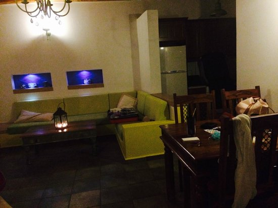 Panteli Beach Studios Apartments : Lounge, view from entrance