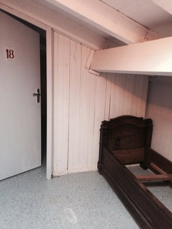 Hotel Restaurant de l'Incudine : Porta della camera con letto rotto affianco