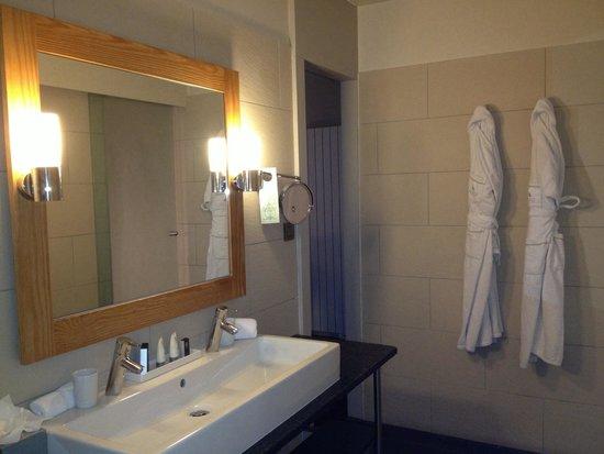 Le Morgane: シングルボウルだけど蛇口は2つ。シンプルで機能的な洗面スペース。